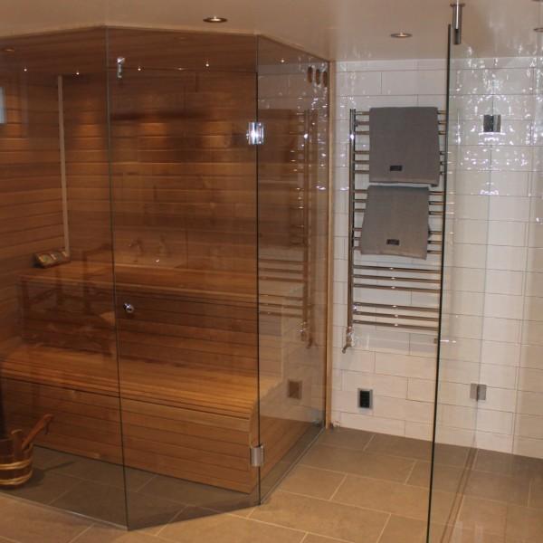 Glasdörrar för bastu och badrum