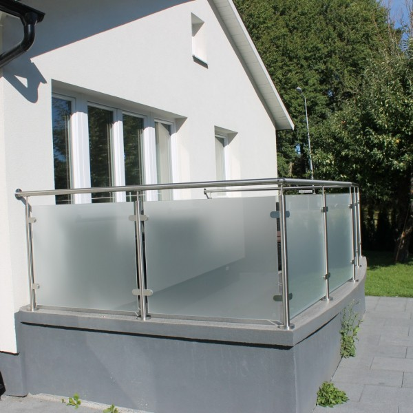Balkongräcke i frostat glas