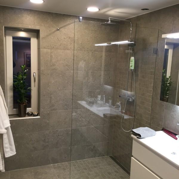 Stilren duschvägg i glas