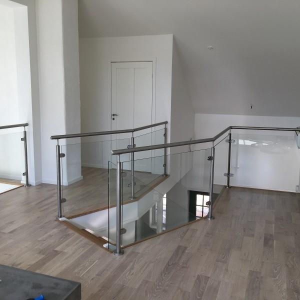 Glasräcken för trappa