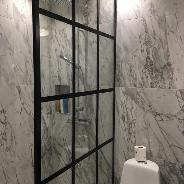 Snygg duschvägg i glas